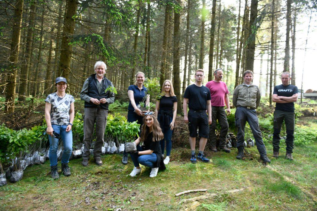 burgbad-Team und Experten bei der Baumpflanzaktion