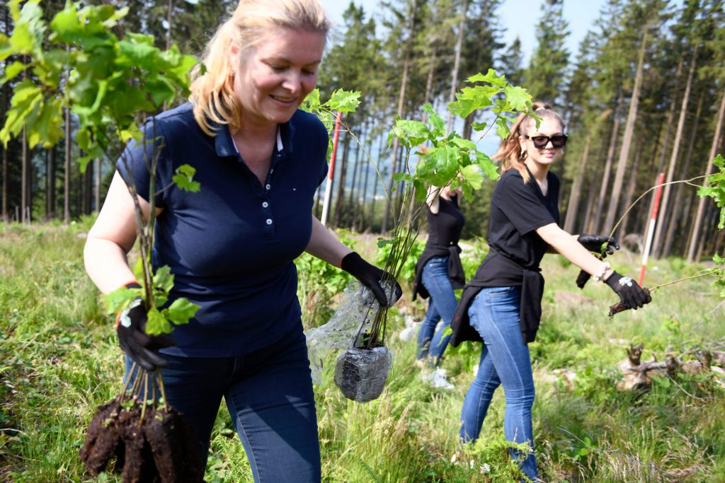 burgbad-Marketingleiterin Sabine Meissner bei der Baumpfanzaktion in Schmallenbach